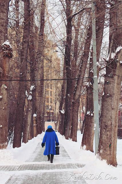 Moskova, park, mavi palto,