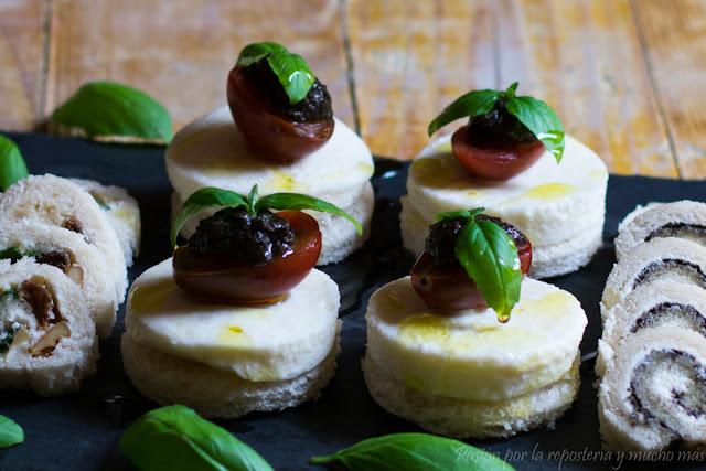 Canapés de mozarella fresca, tomates cherry, paté de aceitunas y albahaca fresca