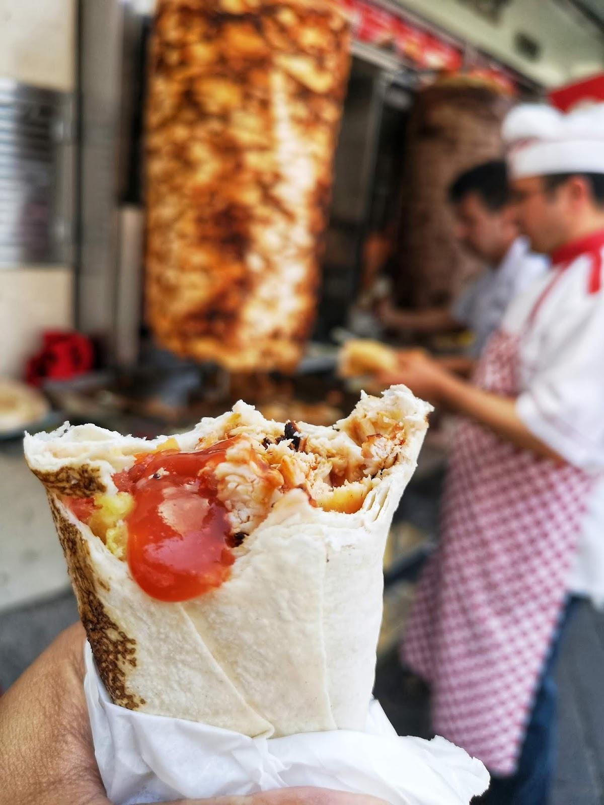 Makan kebab di Taksim Square
