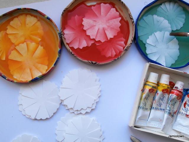 barwienie kwiatów w farbie akwarelowej