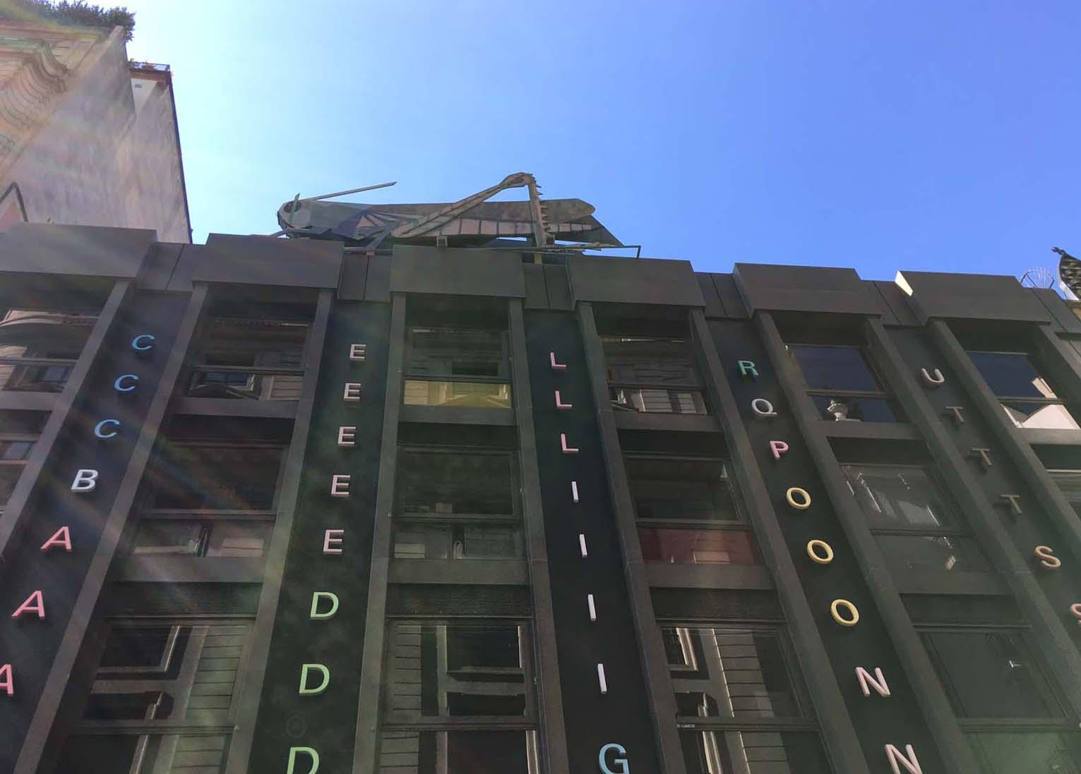 saltamontes de Joan Brossa en la fachada del Colegio de Aparejadores de Barcelona
