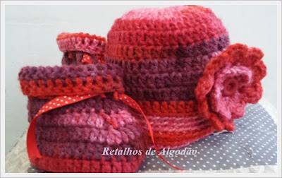 Touca e botinha para bebês confeccionada em crochet