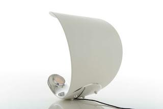 Diseño de lampara curva muy interesante.