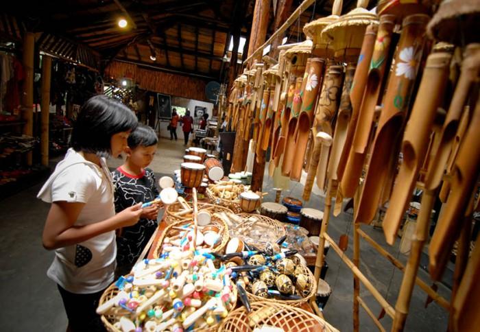 Tempat Wisata di Bandung Pusat  Saung Angklung Udjo