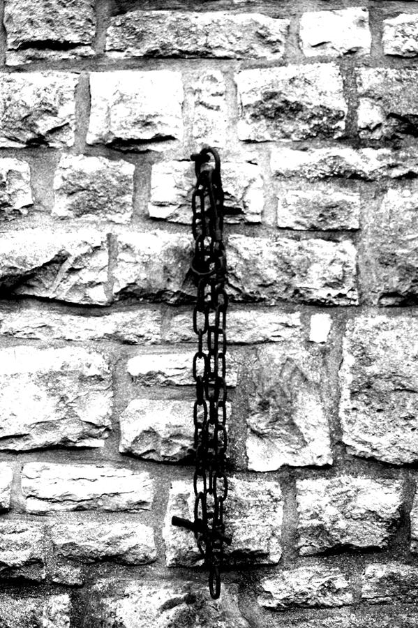 Blog + Fotografie by it's me! - fim.works - Magische Mottos - Strukturen & Rhythmen - SchwarzWeissBlick No 2 - rostige Kette, Bruchsteinwand