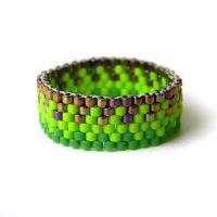 Яркое салатовое / зеленое кольцо из бисера - необычное украшение ручной работы