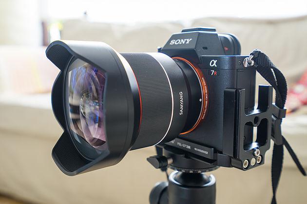Объектив Samyang AF 14mm f/2.8 FE и камера Sony A7R II
