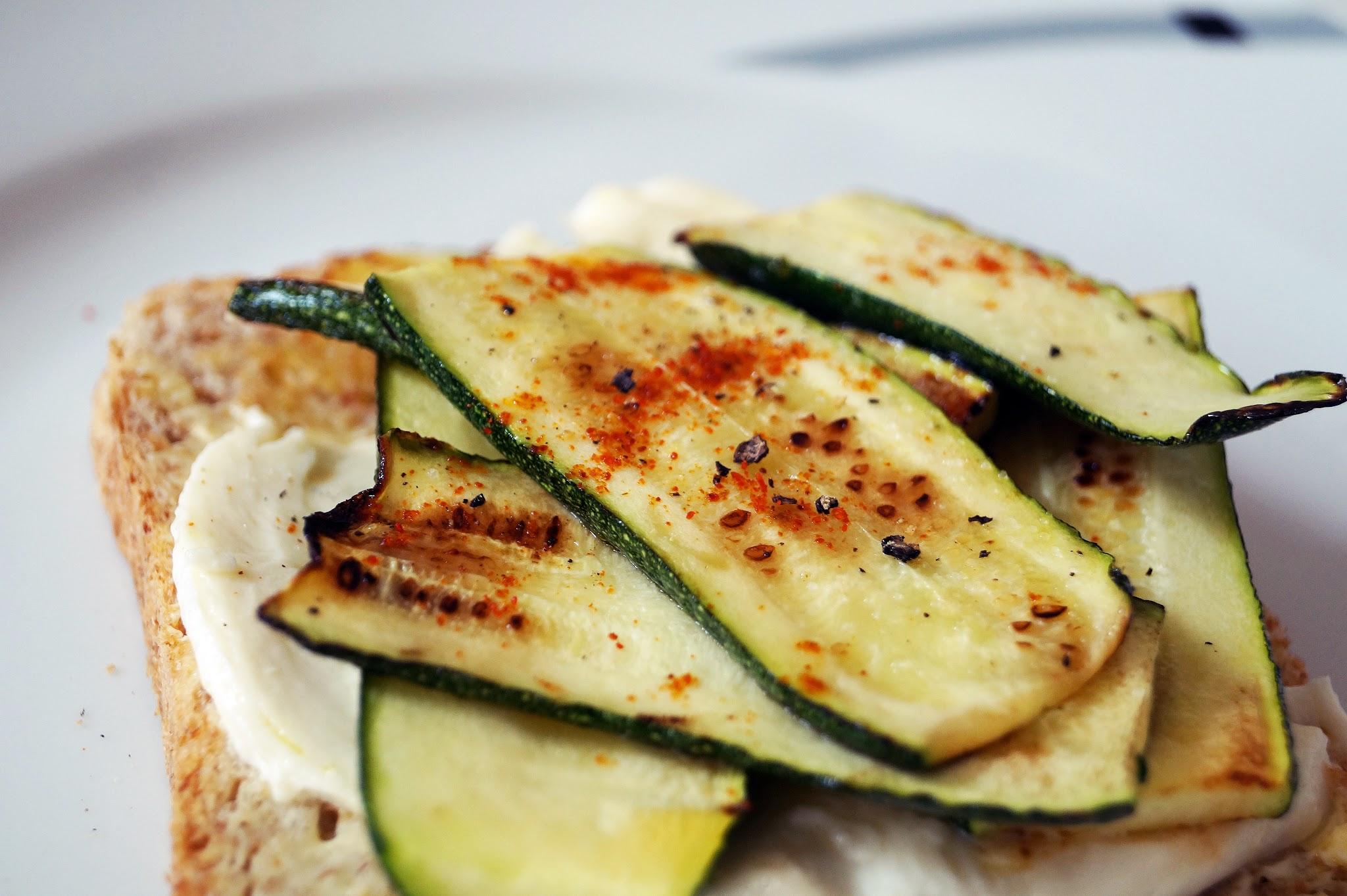 Zucchini-Sandwich mit Tomaten und Mozzarella