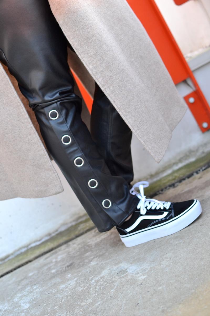 pantalon en cuir noir H&M, vans noir