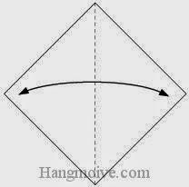 Bước 1: Gấp hai cạnh giấy vào trong để tạo nếp gấp, sau đó lại mở ra.