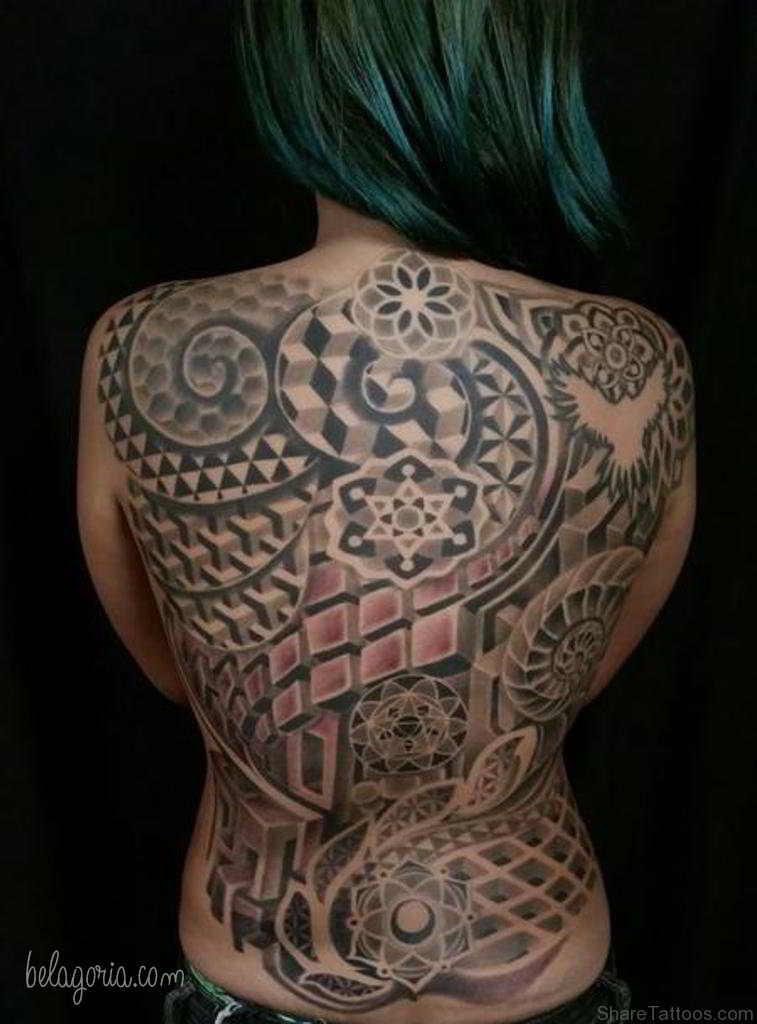 Foto de una chica tatuada con diseños geometricos