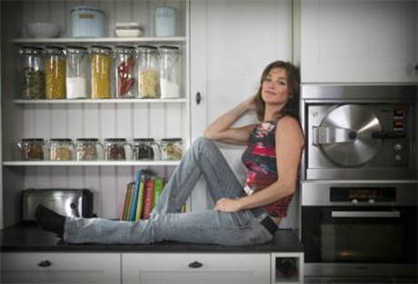 Pascale Naessens in haar kookprogramma Mijn Pure Keuken op Vitaya