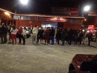gente haciendo fila entrar rancho garibaldi, salon de baile, desamparados, san miguel