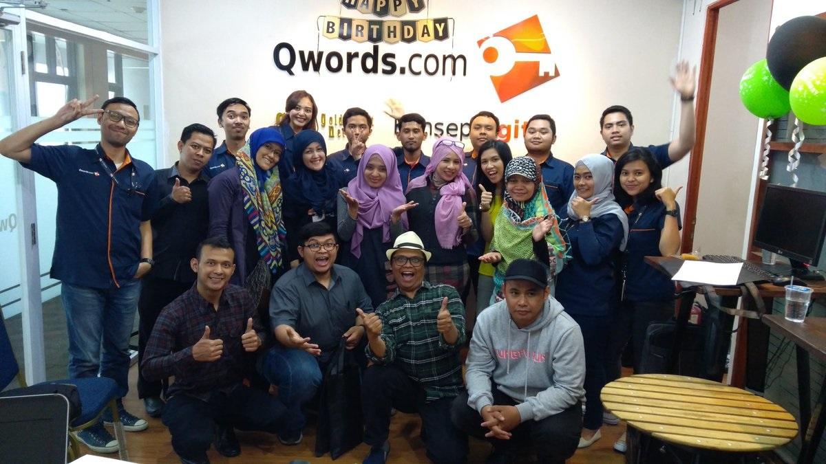 adetruna bersama dengan blogger lainnya berfoto bareng kru Qwords Bandung.