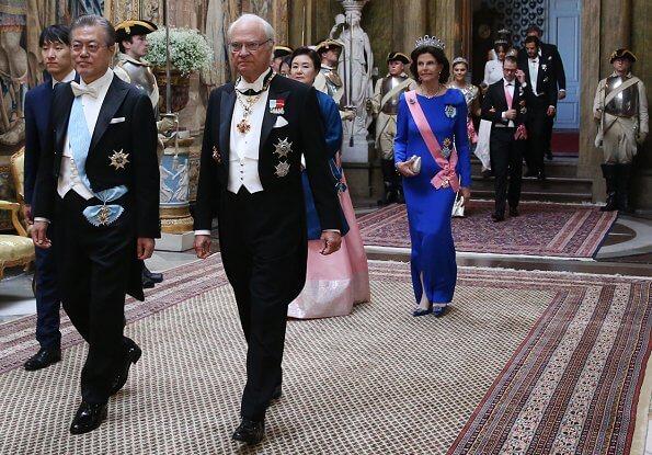 Crown Princess Victoria, Princess Sofia, Princess Madeleine, Queen Silvia. Diamond tiara, squin gold gown, Victoria's gold necklace