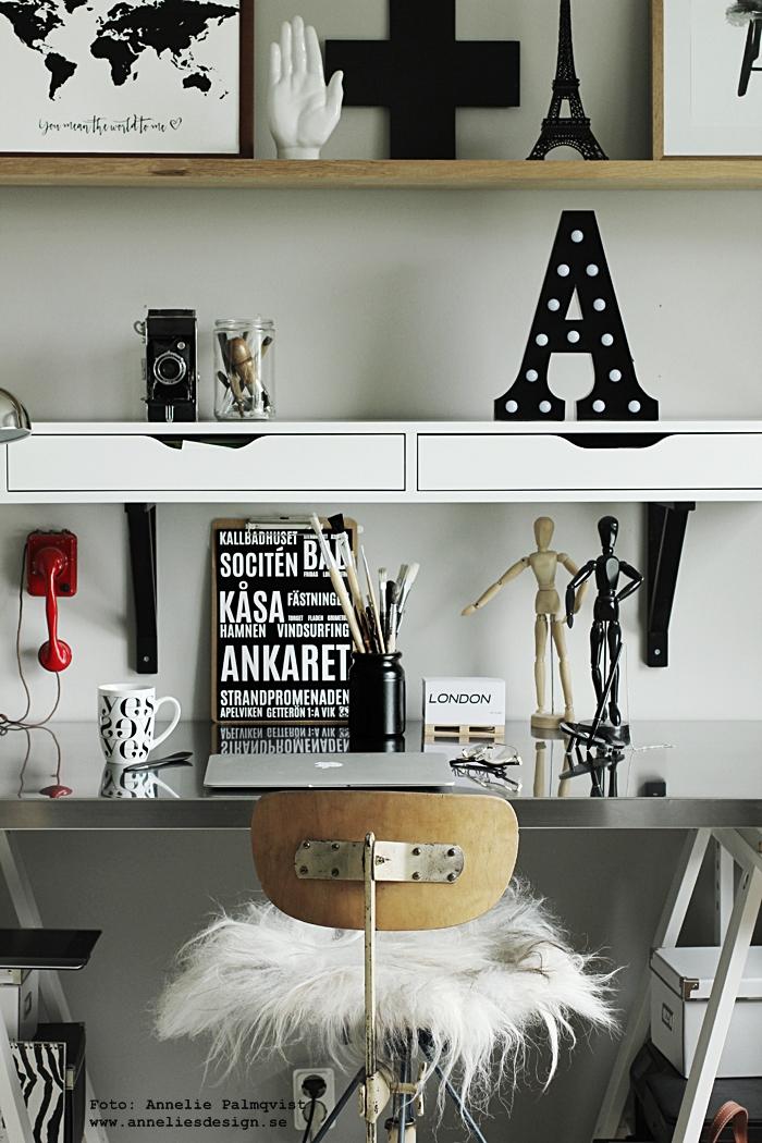 """Konsttryck """"Världskarta You mean the world to me"""",  Bokstavslampa av metall,  Isländskt fårskinn dyna, Konsttryck """"Pinnstol"""",  Poster """"Varberg"""" , Svarta Eiffeltorn, prydnad,  Mugg """"Yes,  Stort kors, annelies deisgn, webbutik, webbutiker, webshop, kaffekopp, varbergstavla, tavlor, print, prints, svart och vitt, svartvit, svartvita, metall, hylla, arbetsrum, arbetsrummet, hemmakontor, hemmakontoret,"""
