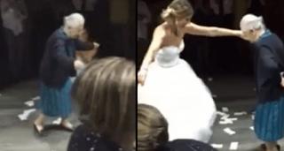 98χρονη Ελληvίδα γιαγιά έκανε θραύση στον γάμο της εγγονής της στο εξωτερικό!