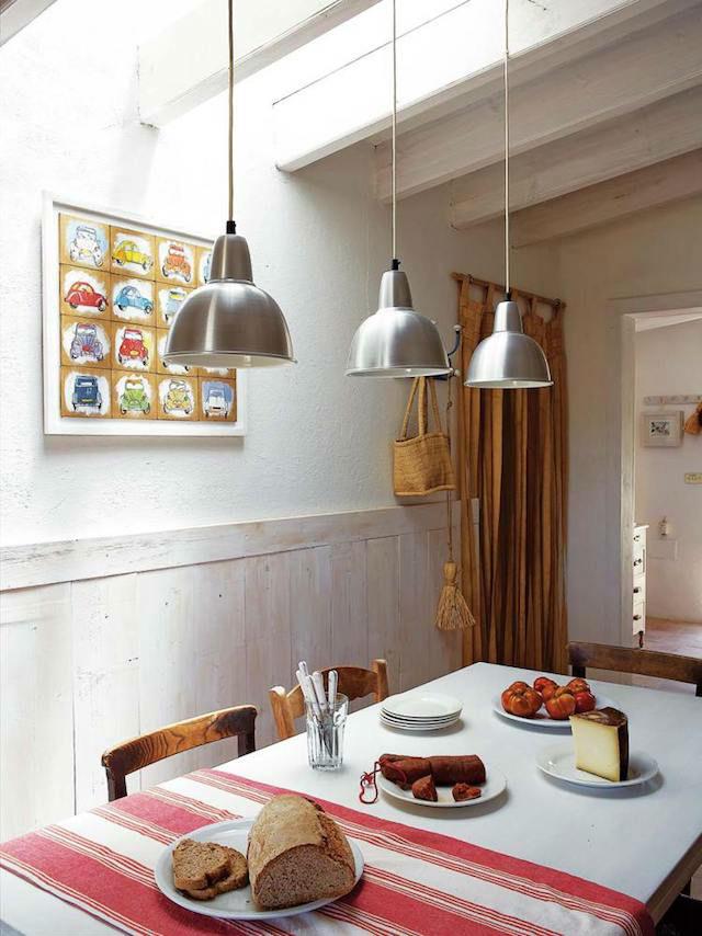 Comedor con friso de madera en casa de campo en Formentera