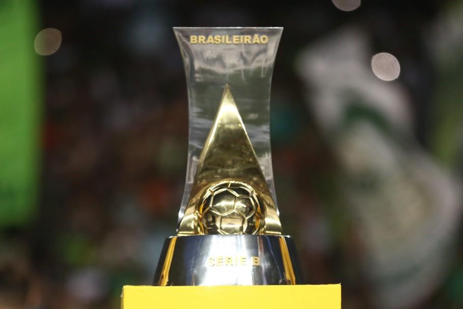 da6aceb9c27 O Fortaleza recebe a Taça de Campeão Brasileiro da Série B 2018 (foto CBF)