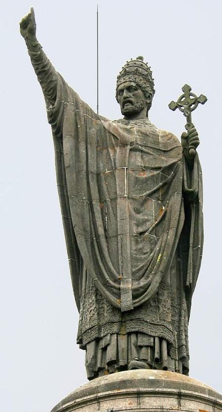 O Beato Papa Urbano II convocou as gloriosas Cruzadas  para libertar a Terra Santa invadida e devastada pelo Islã. Estátua pública em Châtillon-sur-Marne, França.