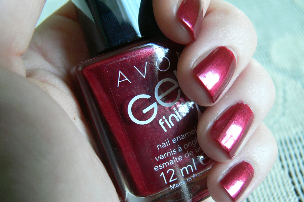 lakier Avon Gel Finish Red Velvet na paznokciach