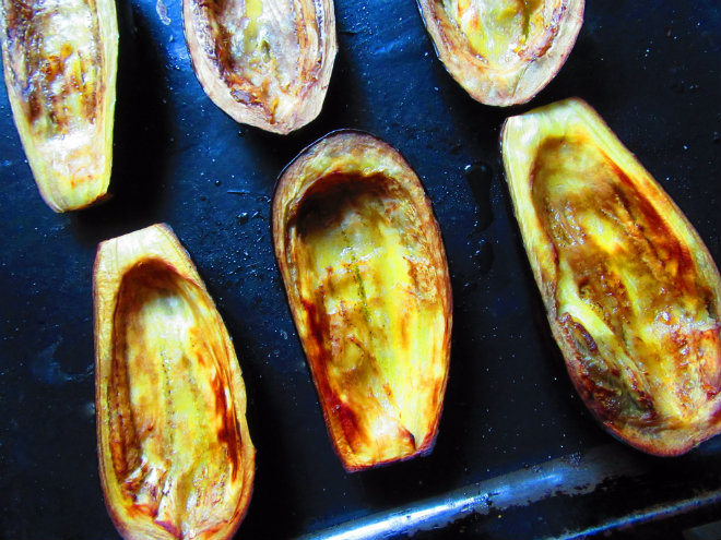 Eggplant boats with tuna and capers by Laka kuharica: bake in the oven until golden.