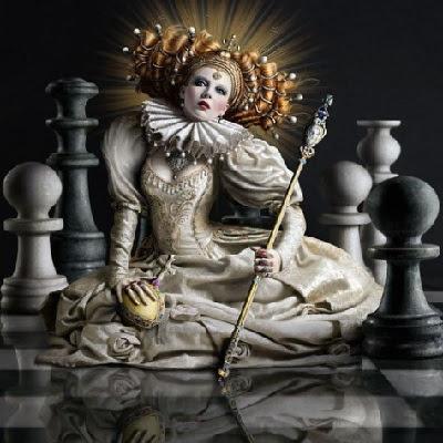 Reina jugando al ajedrez