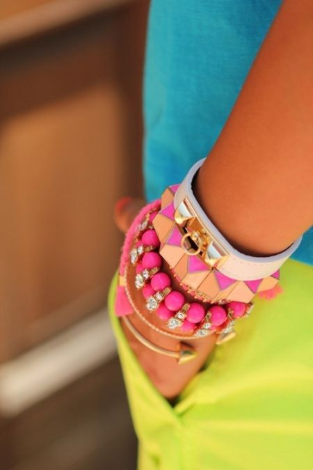 street style: neon details and pink bracelets