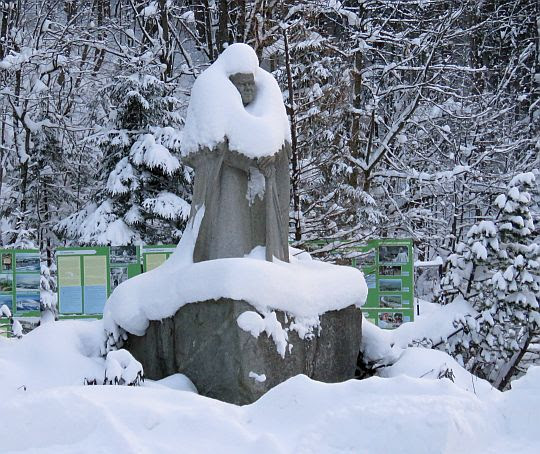 """Pomnik Dostojnego Turysty """"Sursum Corda"""" w ogrodach Księżówki."""