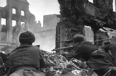 Tropas sovieticas contra alemanas en la batalla de konigsberg