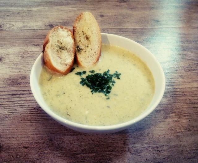 krem brokulowo serowy zupa krem z porow zupa z serkiem topionym zupa z bagietka czosnkowa