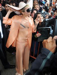 *c a c a m e r b a*: lady gaga berkostum kondom