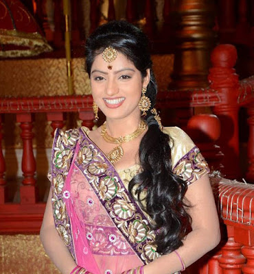 Diya Aur Baati Hum actress Deepika Singh as Sandhya  beautiful smile Photo in Pink saree.