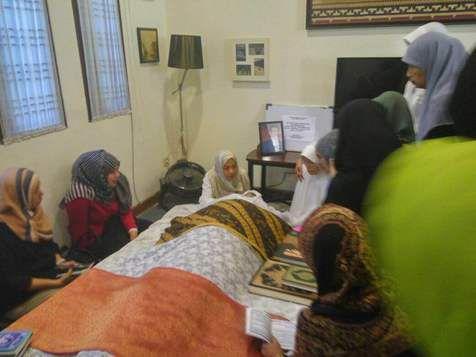 Kondisi Rumah Duka, Ibunda Ariel Menangis di Dekat Jenazah Ayah