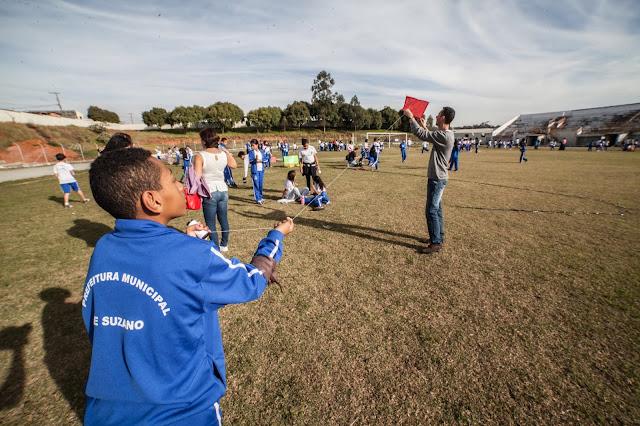 Escolas de rede Municipal de Guarulhos recebem palestras com eletricistas da EDP pelo projeto 'Brincando com Pipas', uma parceria com a Evoluir - Educação Transformadora