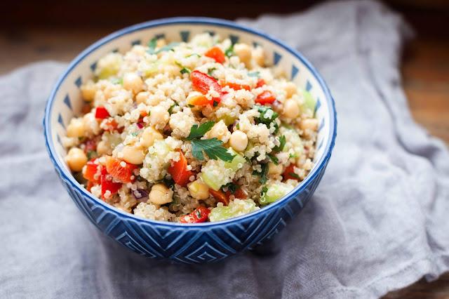 Sałatka z kaszą quinoa, papryką, ogórkiem i ciecierzy