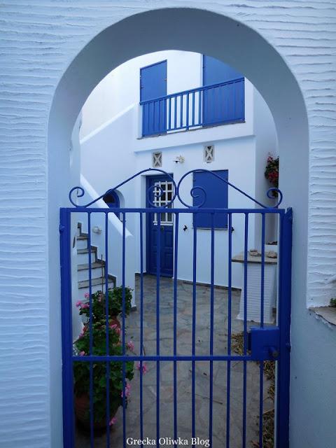 cykladyczne białe ściany, niebieskie okiennice i drzwi Tinos Grecja