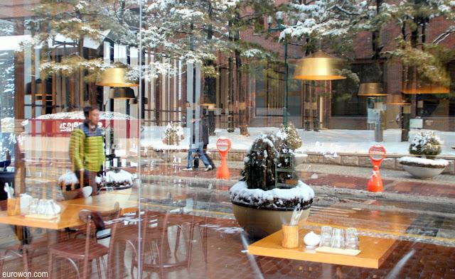 Reflejo de una ciudad nevada