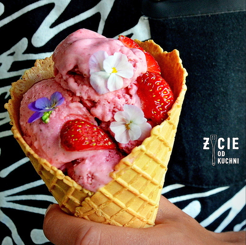 lody, lody domowe, truskawki, domowe lody truskawkowe, domowe lody, jak zrobic loda, jak zrobic lody, lodowe desery, przepisy z truskawkami, zycie od kuchni