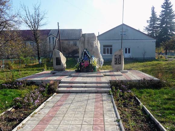 Тяпче. Памятник Николаю Корпану и погибшим землякам