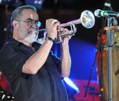 Foto de Andy Montañez tocando su trompeta