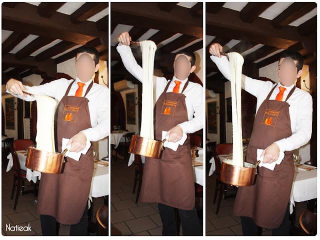 Filer d'aligot au restaurant Ambassade d'Auvergne