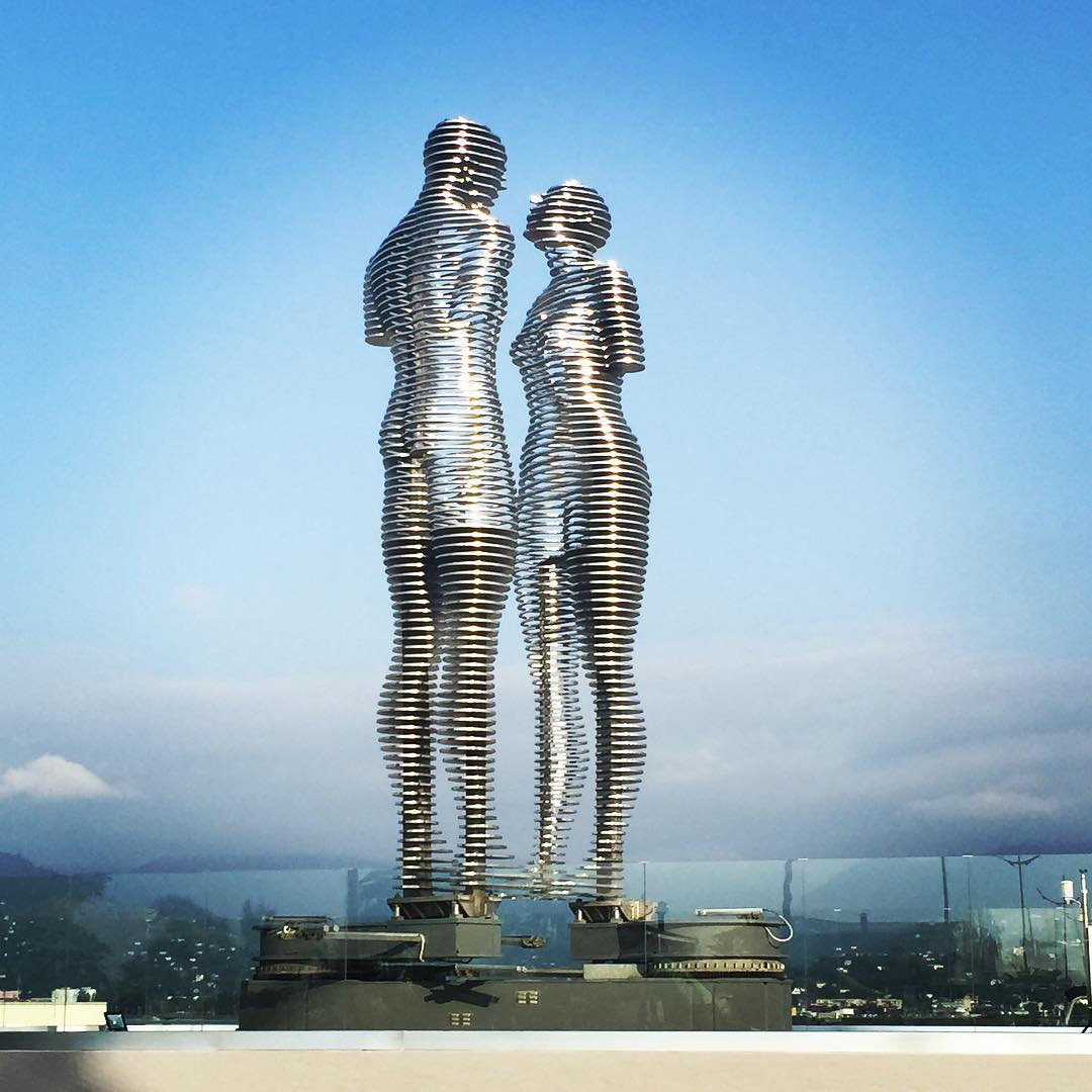 The statues are inspired by a love story between a Muslim boy and a Georgian princess who come from different religious backgrounds - Moving Statues Of A Man And Woman Pass Through Each Other Daily, Symbolizing Tragic Love Story