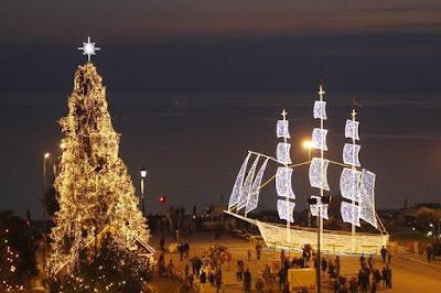 Корабль и елка на набережной Салоник