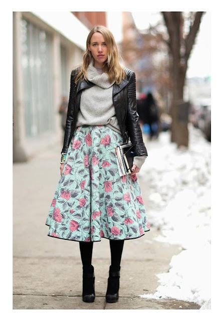 Широкая юбка со свитером и косухой и с ботильонами