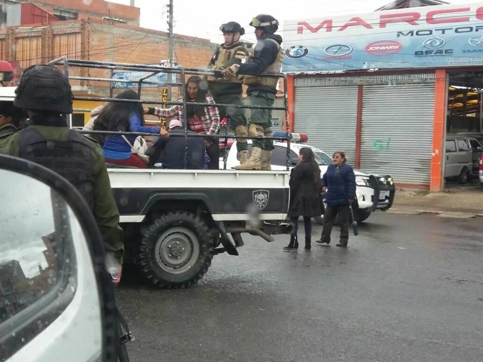 Estudiantes detenidas en bloqueo de ingresos a la autopista y avenida Naciones Unidas