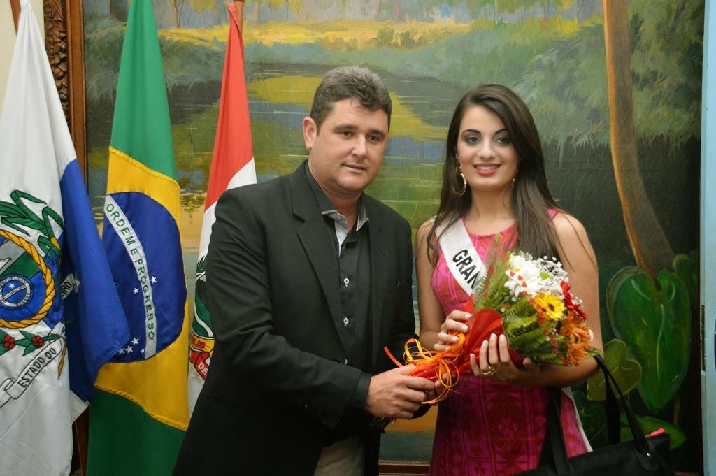 Prefeito Arlei entregou um buquê de flores para cada candidata a miss