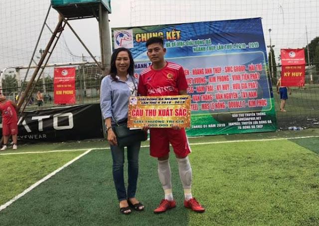 Lê Việt nhận giải thưởng cầu thủ xuất sắc nhất giải bóng đá ngành Thép lần IV