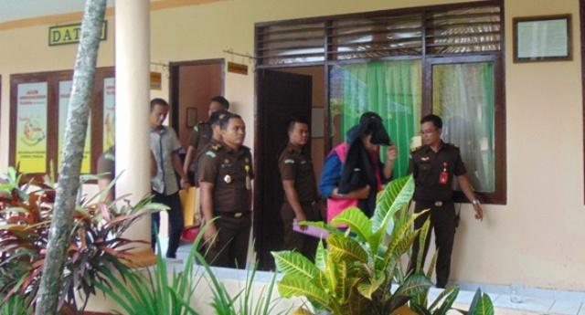 DIpakaikan rompi tahanan dan dititip di Rutan Praya