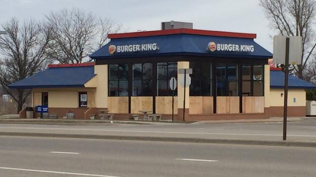 Engañan a empleados de Burger King y rompen las ventanas